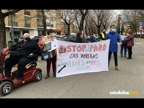 Vecinos de las Moreras cortan la avenida de Trassierra para protestar por el abandono del barrio