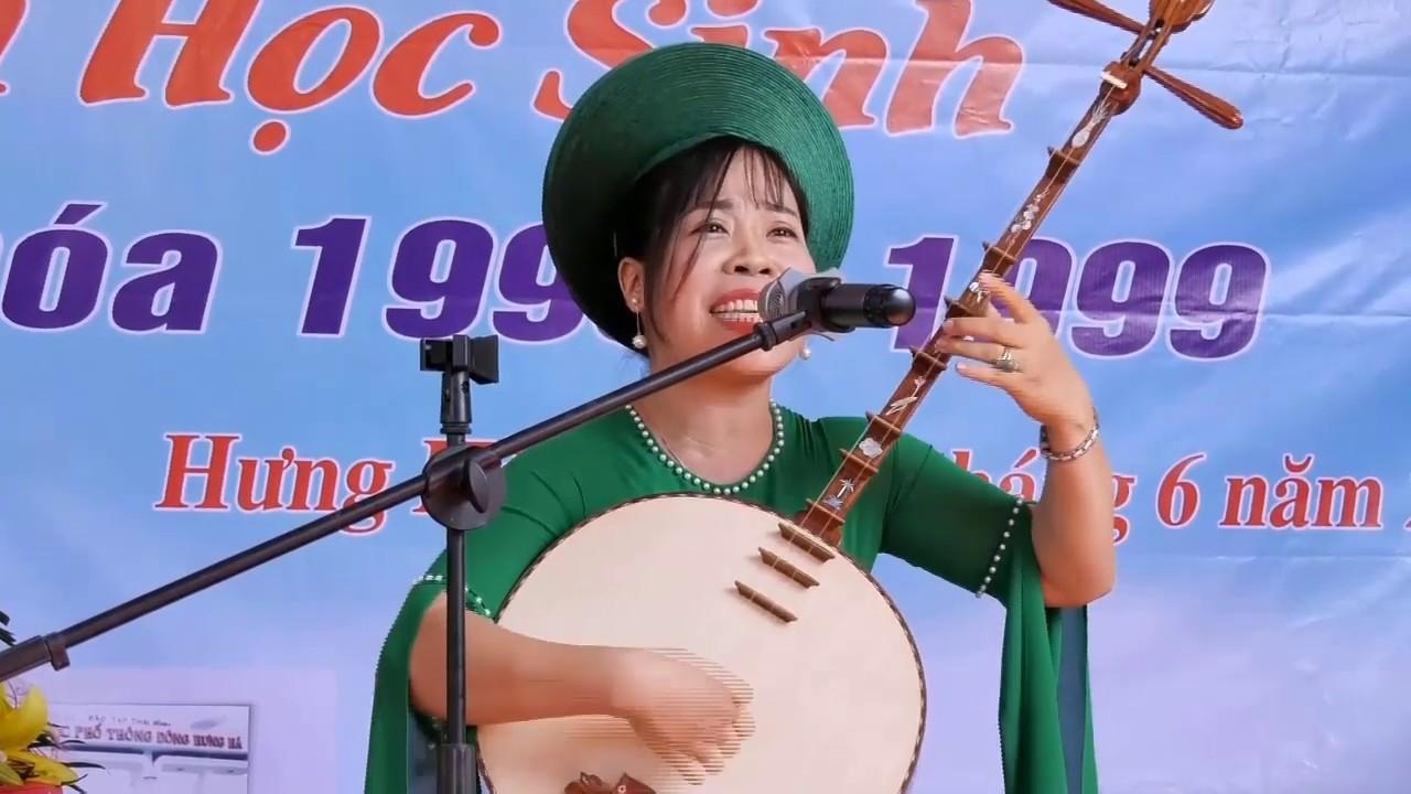 NS Tuyết Tuyết soạn lời và biểu diễn bài hát văn Thăm Lại Trường Xưa tặng Trường THPT Đông Hưng Hà