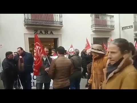 Protesta ante el Zara de Conde Pallares en el inicio oficial de las rebajas