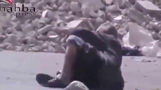 В СИРИИ Асадовские  снайпера  используют раненного старика   в качестве  мишени