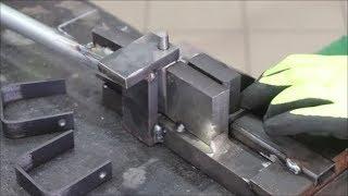 Gambar cover Bending machine for iron brackets Piegatrice per staffa in ferro Lavoro in serie 1300 pezzi