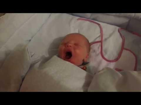 малыш спит и издает смешные звуки