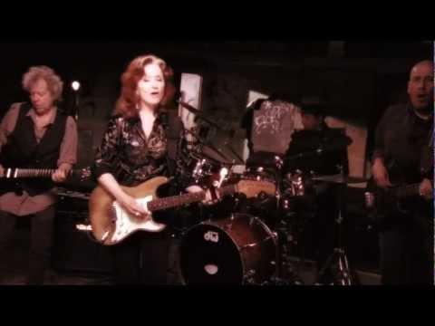 Bonnie Raitt - Right Down The Line (Official Music Video)