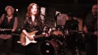 Bonnie Raitt - Right Down The Line (Official Music Video)