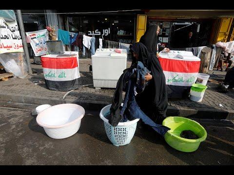 جدة عراقية تغسل ملابس المتظاهرين في احتجاجات بغداد  - 12:01-2019 / 12 / 13