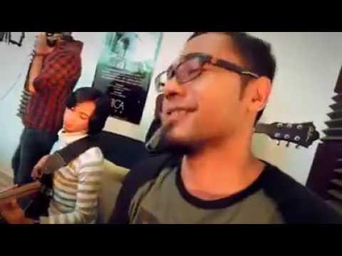Mat Saleh nyanyi lagu Tajul sedalam dalam rindu. Boleh tahan jg dia nyanyi. :D