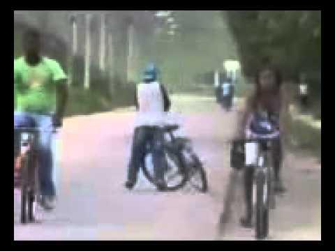 Download Bebado engra ado empurrando bicicleta humor