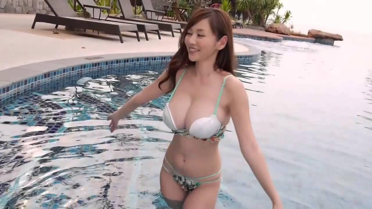 Тискает сиськи азиатки видео