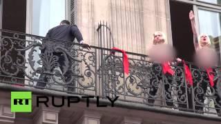 Активистки FEMEN прервали выступление Марин Ле Пен(Три активистки FEMEN попытались помешать Ле Пен выступить с речью на площади Оперы в Париже. С балкона одного..., 2015-05-01T17:18:27.000Z)