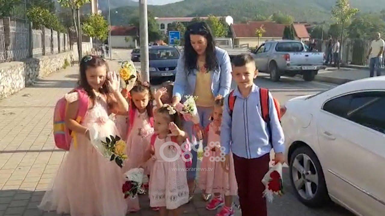 Download Ora News - Zemra plot, momenti emocionues kur Ajlin çon në shkollë 7 fëmijët e saj