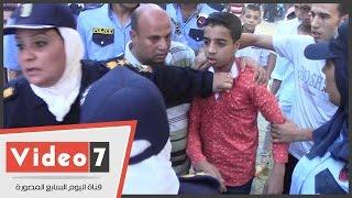 فتاة تصفع طفلا أمام الشرطة النسائية:«كان بيرش عليا تراب»