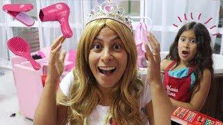 MARIA CLARA E SUA MÃE BRINCAM DE SALÃO DE BELEZA - Pretend play hair salon toy beauty salon