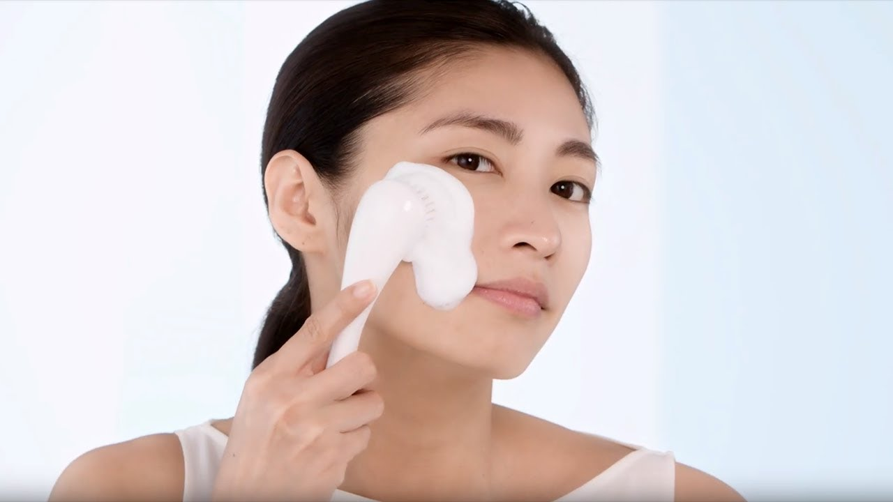 b62596453a How to Wash Your Face Using a Cleansing Brush | Skincare Tutorial | Shiseido