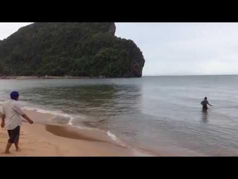 ไปดูการหาปลาแบบง่ายๆกัน ได้ทีเป็นถุงๆ ที่หาด บางเบิด