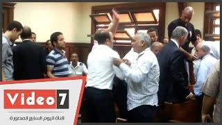 اشتباكات عنيفة بين أهالى المتهمين وحرس المحكمة بعد حكم براءة صلاح دياب