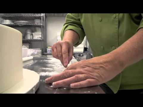 how-to-cut-and-place-a-fondant-band-border