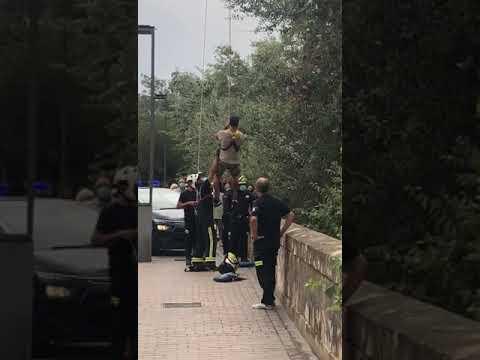Los bomberos de Córdoba rescatan a un italiano que cayó al río Guadalquivir haciéndose un 'selfie'