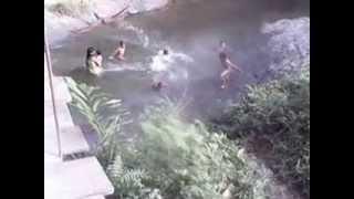 Sedang Mandi Di Sungai