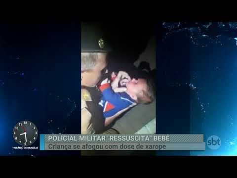 Policiais salvam bebê que estava se afogando com xarope para tosse | Primeiro Impacto (28/02/18)