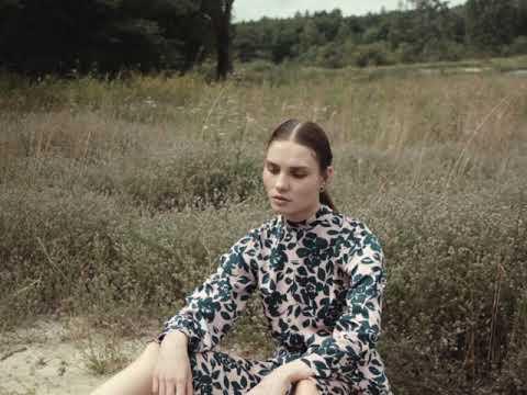 Video: CM5461 Sukienka z rozcięciem na plecach - model 3