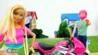 Барби покупает мотоцикл и участвует в гонках - Видео для девочек