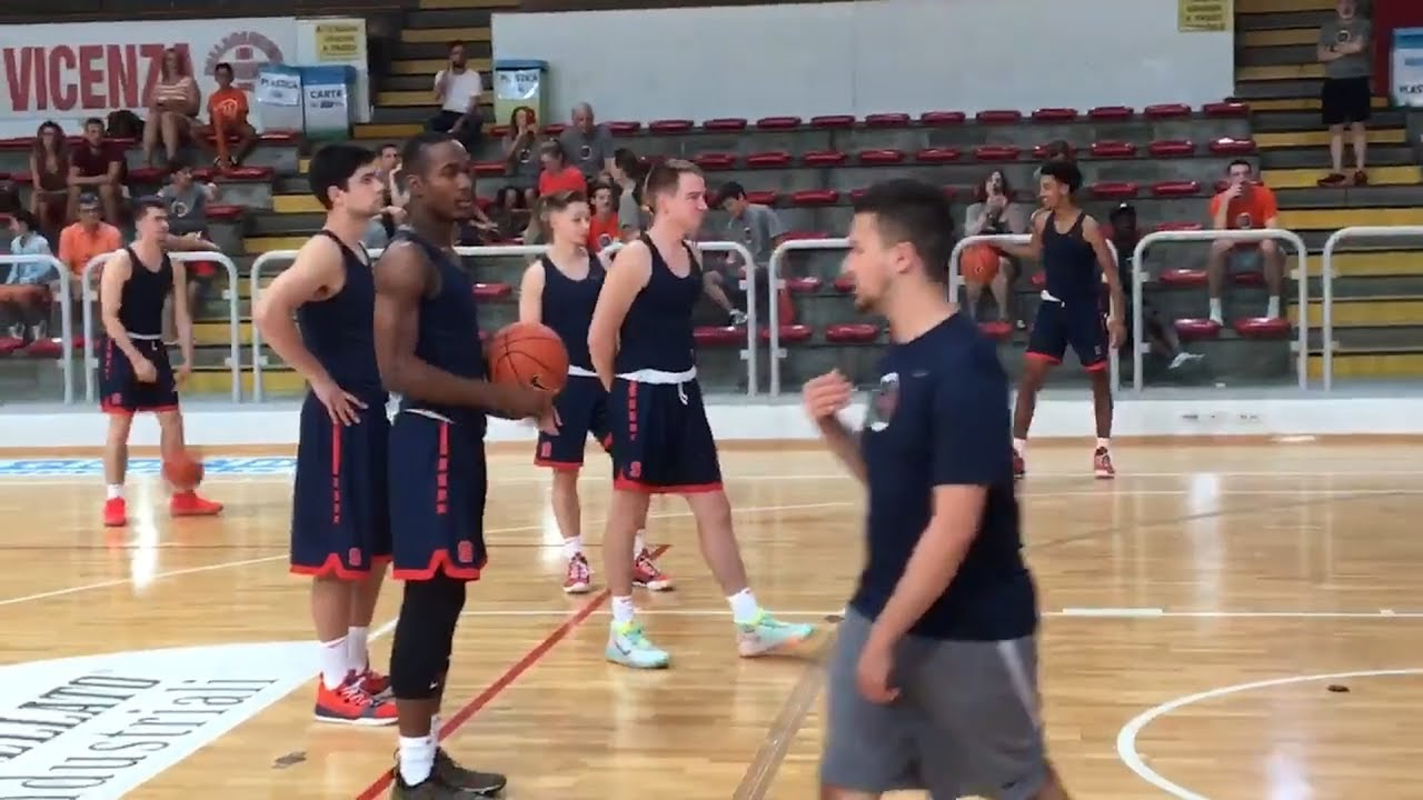 Eek Flying Bats Crash Syracuse Basketball Game In Italy