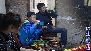 农村老男孩在家做烧烤,侄女又带来好消息,刚好一家人庆祝一下