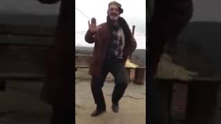 Анча мынча жаштар абышканын танцасына там бергидей калчылдайт го)))