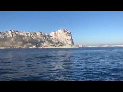 Una corbeta de la Armada pone el himno español a todo volumen frente a Gibraltar