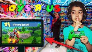 C'EST 5 YEAR OLD KID WON A GAME OF FORTNITE IN TOYS R US! MY LITTLE BROTHER GETS A VICTORY ROYALE