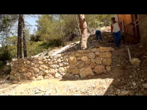 Diario de una casa 24 escaleras y muros de piedra ii for Escalera de bloque de jardin