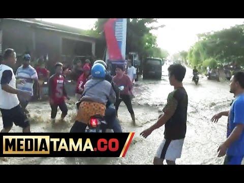 Detik-detik Pengendara Terseret Arus Banjir di Semarang