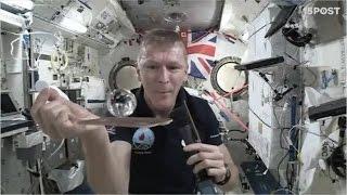 En el espacio puedes jugar Ping Pong con una bola de agua - 15 POST
