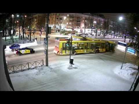 Пассажирский автобус протаранил дом в Перми