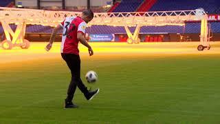 Van Persie trapt een bal met zijn zoon, die in de jeugdopleiding van Feyenoord gaat spelen