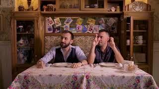 Иностранцы пробуют русские блюда. Блины