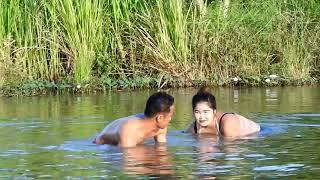 Sepasang Kekasih Bercengkrama Sembari Cari Ikan. Asyik!
