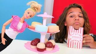 Sema Barbie için makaron tatlısı sipariş veriyor. Kukla videosu