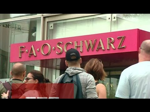 FAO Schwarz flagship closes in New York - BBC News