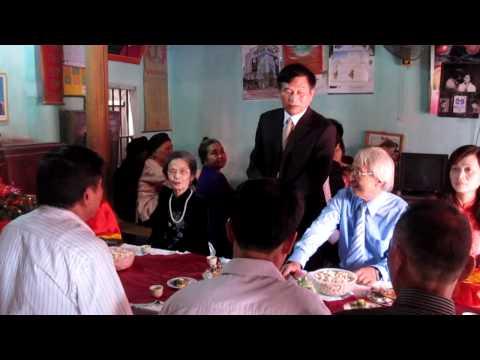 Chú Hưng phát biểu trong lễ ăn hỏi anh Phong