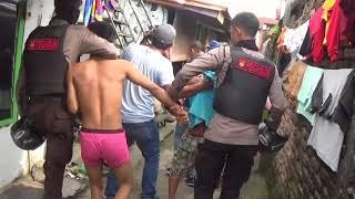 Download Video Polisi sampai naik ke atap rumah saat gerebek Sarang Narkoba di Medan medansatu MP3 3GP MP4