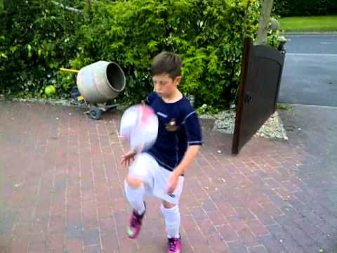 Harrison Leigh does keepy-uppies CFD style