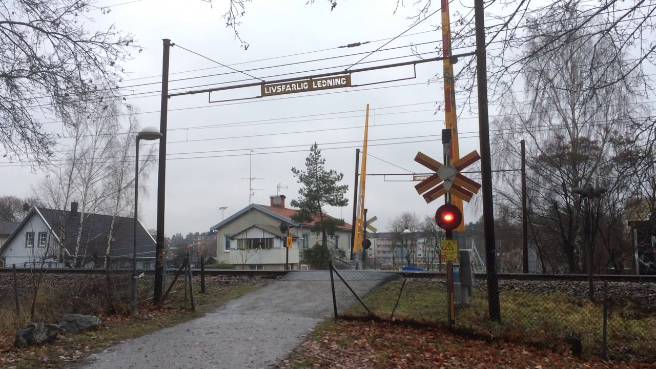 Gammal järnvägsövergång i Bromsten (Ny film) / Swedish vintage railroad  crossing