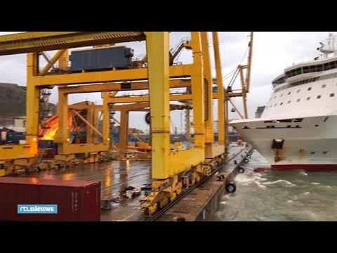 Bizarre beelden: veerboot ramt kraan omver in haven Barcelona - RTL NIEUWS