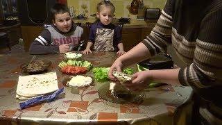 Очень вкусный ролл цезарь в лаваше. дети готовят с мамой