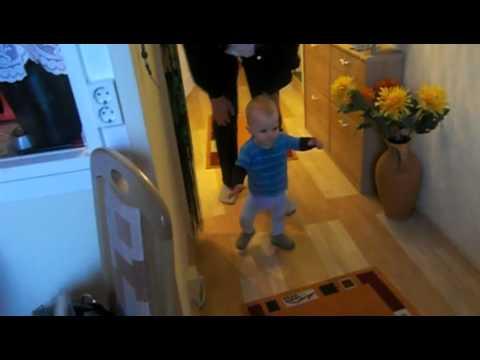 11 Monate Kind läuft allein