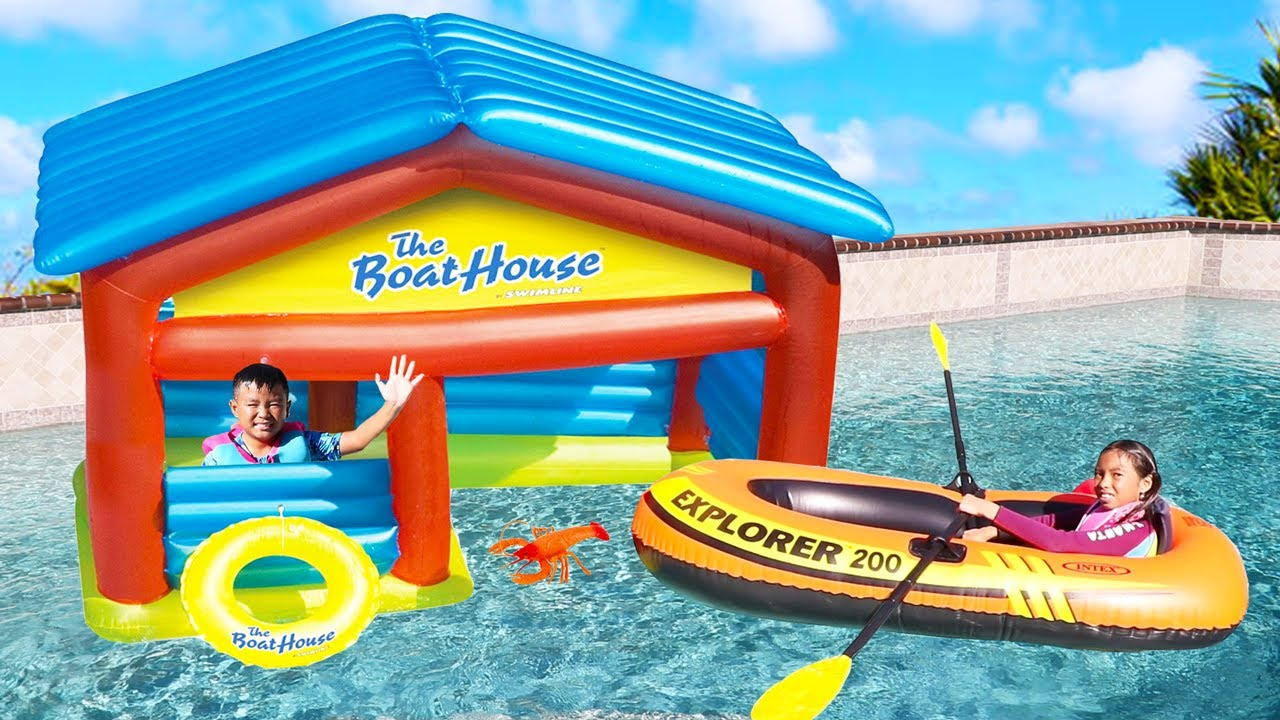 Wendy monta en barco inflable y juega en la piscina  | Videos Divertidos Para Niños