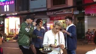 2 thanh niên mượn mic hát chơi khiến cả khu phố nổi da gà
