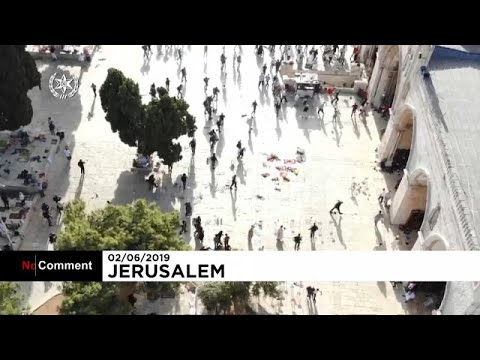 مصلون فلسطينيون ينتفضون ضد اقتحام متطرفين من اليهود ساحات المسجد الأقصى…