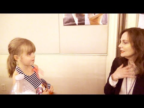 Little Girl Talks To Lesley Ann Warren, a Mary Poppins Star & Other Actors